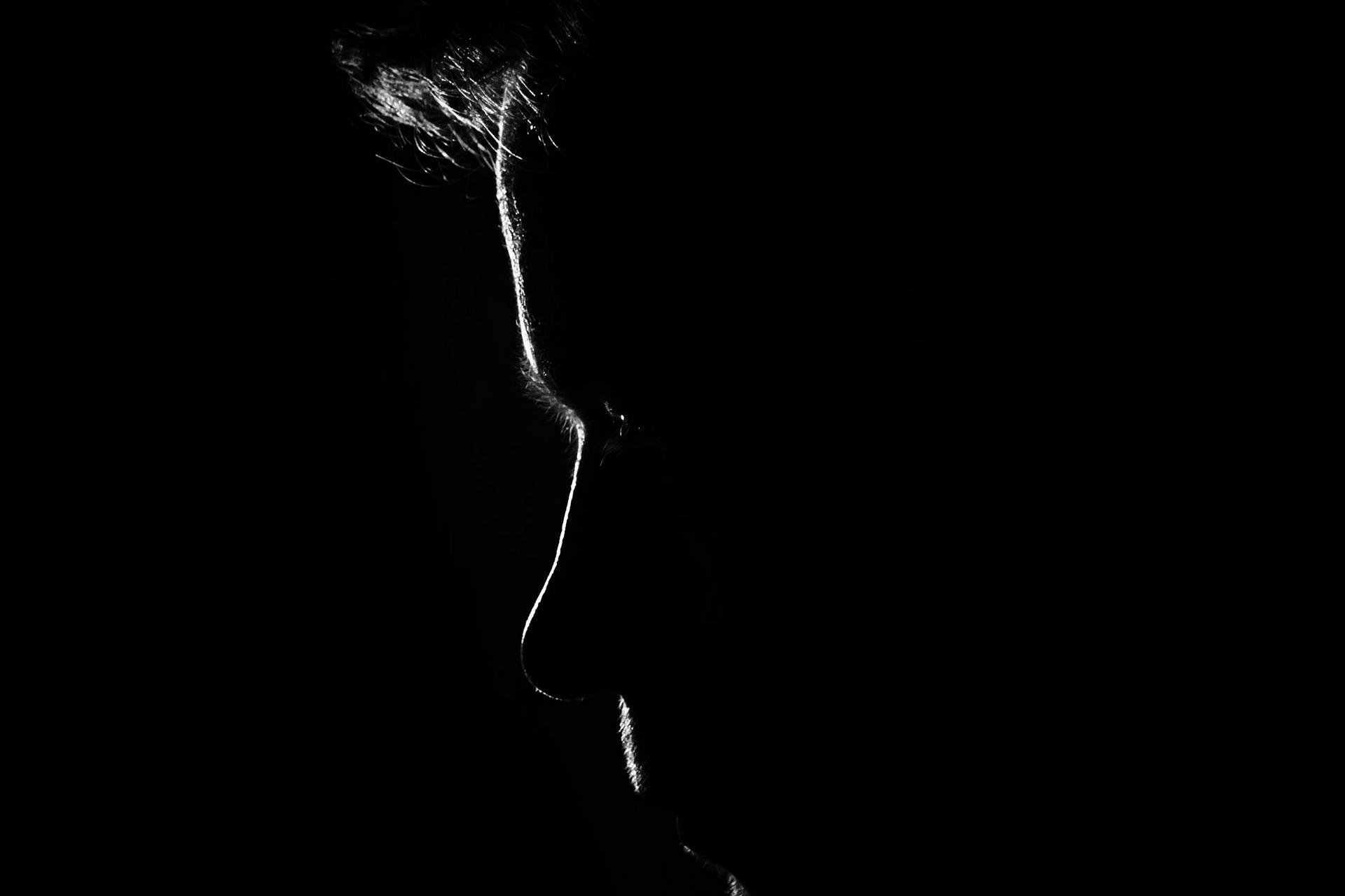 En mand med sit ansigt dækket af skygge