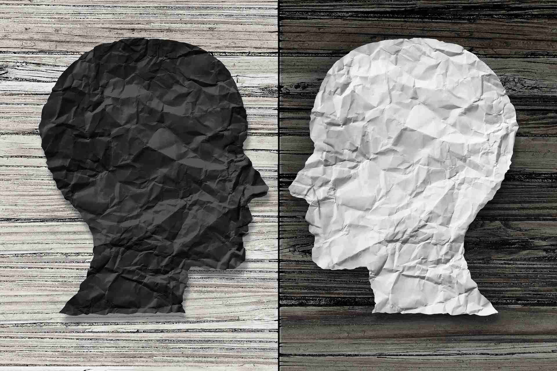 To papiransigter der kigger på hinanden