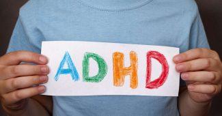 """Ung person holder et skilt med bogstaverne """"ADHD"""""""