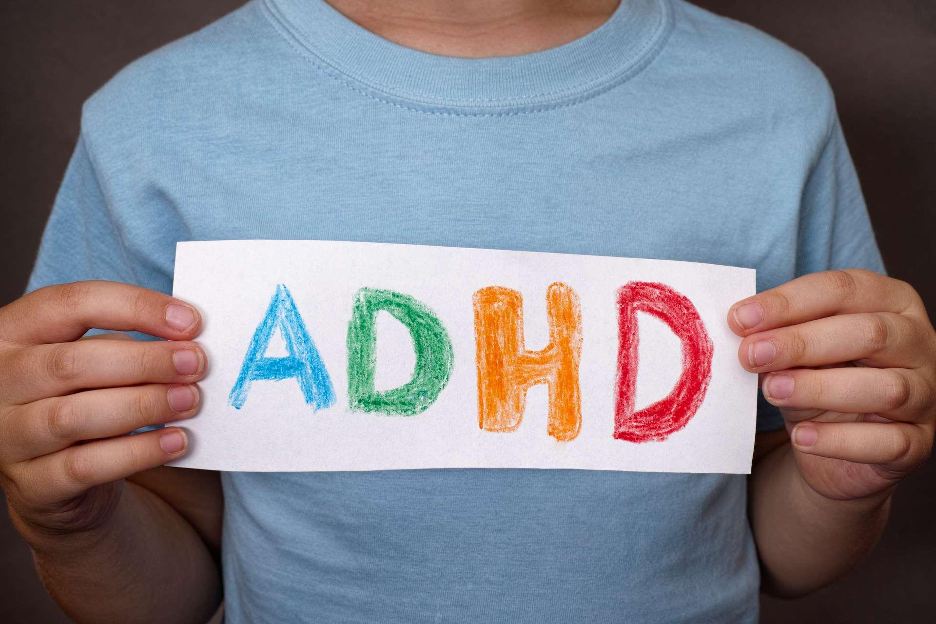Dreng der holder et skilt med ADHD