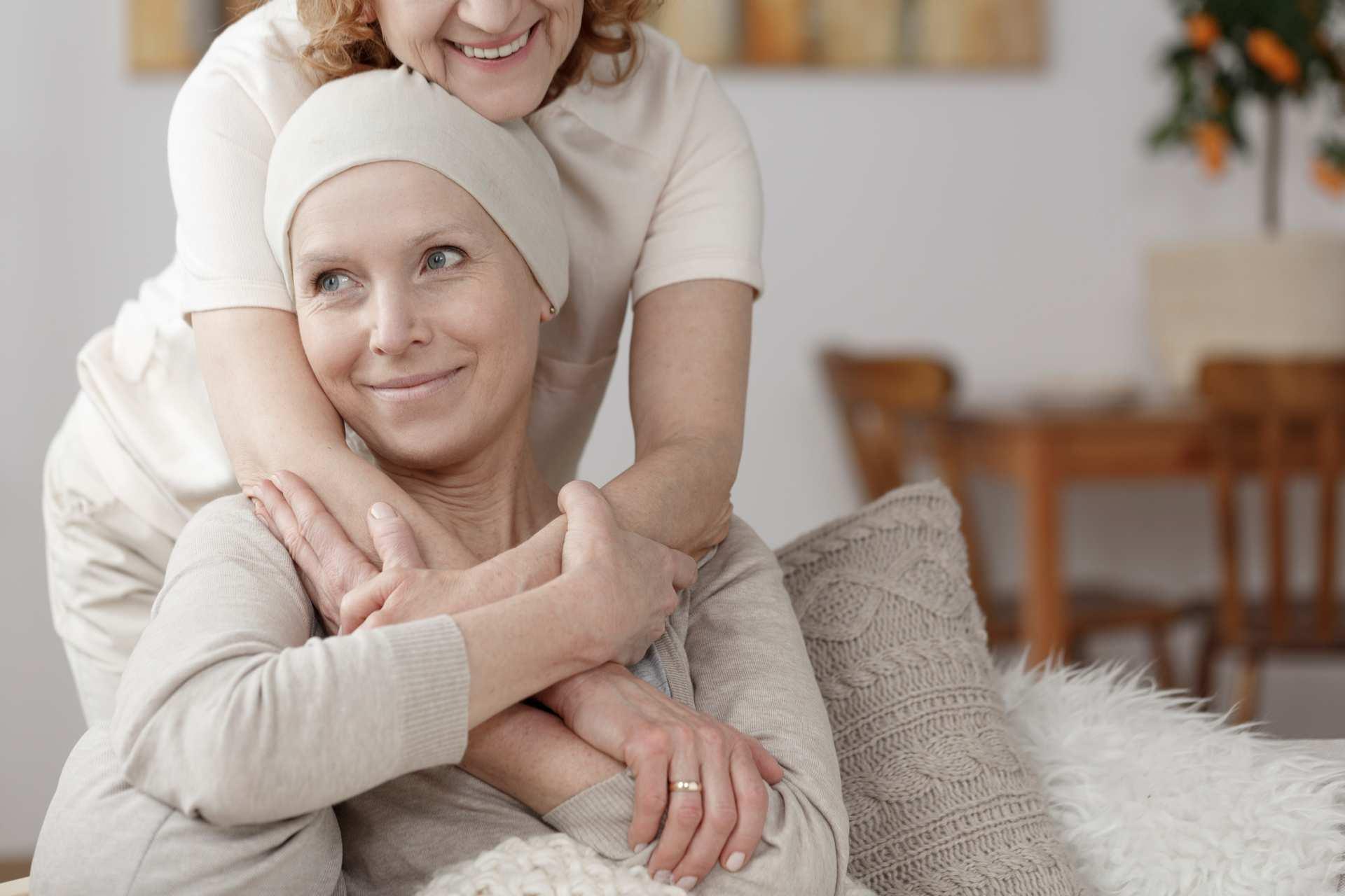 Kræftramt kvinde der bliver omfarvnet af en anden kvinde