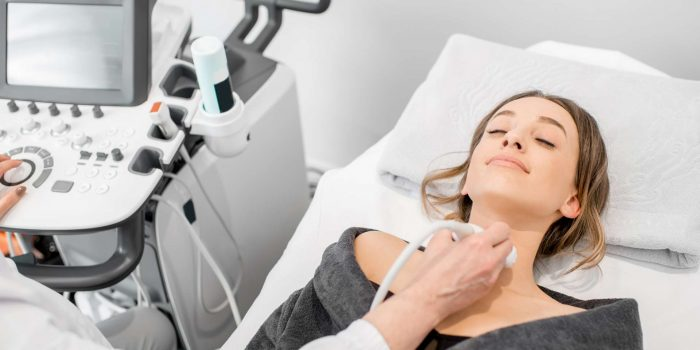 Kvinde der får tjekket skjoldbruskkirtlen